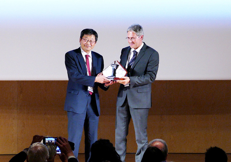 Fuminao Okumura, Executive Director, RTRI and Marco Caposciutti of Trenitalia as the Chairman of the WCRR Organizing Committee